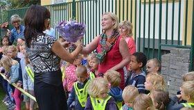 Mateřská škola otevřela na Vinohradech hřiště. Děti si připily sektem