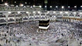 Muslimové vyrazili na pouť do Mekky. Loni tam ušlapali přes 2 tisíce lidí