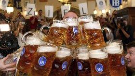 """Přenesl 27 """"tupláků"""" piva na 40 metrů. Němec překonal světový rekord"""