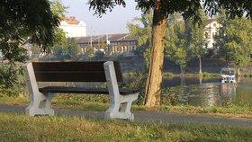Na Štvanici se objevily nové lavičky. Hřiště v Praze 7 budou navíc otevřená déle