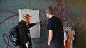 Obyvatelé Holešovic se sešli s bezdomovci pod mostem: Spojil je projekt Zažít město jinak
