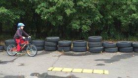 Školáci v Kobylisích dostanou stříšku na kola. Stezka v Karlíně se zpřístupní sportovcům