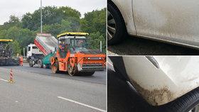 Auta poničená od asfaltu: Silničáři z Bucharovy ulice udělali špinavou past, umytí řidičům zaplatí