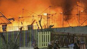 Další uprchlický tábor v plamenech: Žháři útočili zápalnými lahvemi