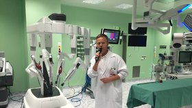 Na Homolce mají nového operačního robota. Da Vinci zachrání tisíce životů