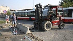 Centrum Komořan už nehyzdí betonová svodidla. Upravili i přechod a chodník
