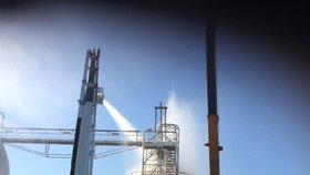 V Kralupech hořela chemička: Jeden muž byl těžce zraněn