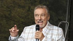 Gott se vrátil po boji s rakovinou na pódium, zpěvem pomohl pejskům
