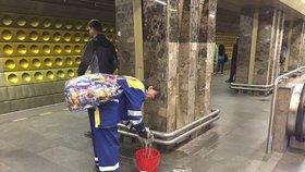 Už dlouho do stanice metra Můstek zatéká. Dopravce stále čeká na opravu