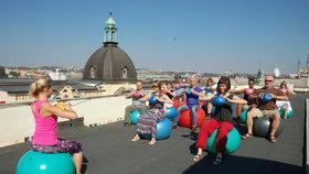 Tip pro kancelářské povaleče: Zacvičte si o polední pauze na střeše s krásným výhledem