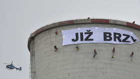 Aktivisté zůstávají na chvaletické elektrárně, chystají druhý transparent
