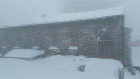 České hory zahalil sníh. Beskydy hlásí 38 cm, komplikace jsou v dopravě
