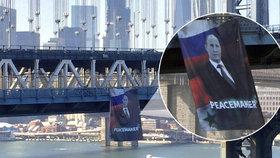 Putin jako mírotvůrce: V New Yorku mu vyvěsili k narozeninám obří transparent