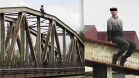 Agresivní a opilý sebevrah: Chtěl skočit z mostu na koleje, nakonec napadl policistu