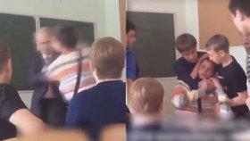Žák napadl učitele: Třída se postavila na jeho obranu a vyhodila agresora ze třídy