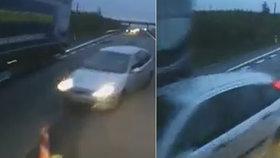 Řidič jel přímo proti kamionu: Šílenec! Předjížděl v zúžení D55!