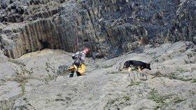 Pejsek horolezec uvízl na skále, na jeho záchranu vyrazily dvě hasičské jednotky