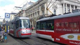 Babička se zhroutila na zastávce tramvaje Vlhká v Brně: Srazil ji někdo? Policie hledá svědky