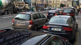 """Šílené kolony v centru Prahy: """"Stihl jsem si jít i nakoupit,"""" říká řidič v zácpě"""