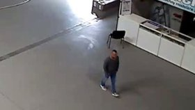 Muž v Letňanech ukradl drony za čtvrt milionu: Zamaskoval je jako koš na prádlo a zmizel