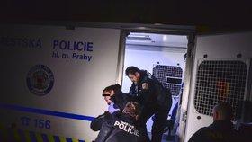 VIDEO: Opilce strážníci připoutali k zábradlí. Vypil dvě lahve vodky a dostal záchvat agrese a zuřivosti