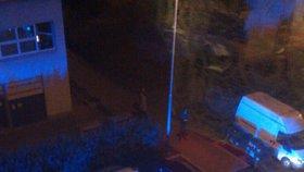 Ostrá potyčka s policií na Černém Mostě: Zasahovalo 15 aut, odvezli 11 lidí