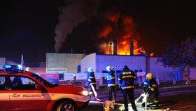 Škoda za 60 milionů: V noci v Praze hořela galvanovna. Hasiči zabránili ekologické katastrofě