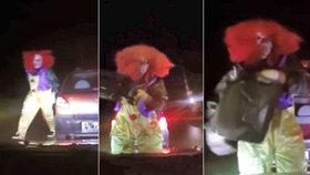Šílený klaun na Kroměřížsku polil auto benzínem a chtěl ho podpálit