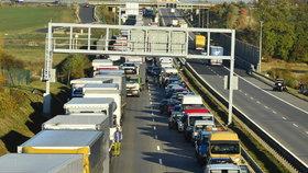 Pražský okruh uzavřela hromadná nehoda čtyř aut. Tvoří se kolony
