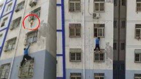 Skutečný Spider-Man: Muž vyšplhal několik pater, aby zachránil dítě (2) visící z okna