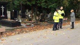 Hroby a návštěvníky hřbitovů o Dušičkách hlídají strážníci: Kvůli zlodějům je jich v terénu o 200 více