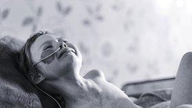 Holčička (4) umírá na rakovinu, otec ukázal její utrpení při boji se zákeřnou nemocí