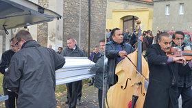Cikánská hudba a policejní dohled: Mladého Roma, který zemřel po potyčce v Žatci, pohřbili v bílé rakvi