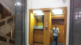 V Praze se nachází 28 páternosterů. Hlavně Číňané se bojí nastoupit