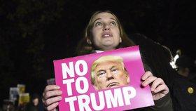 Volby v USA ONLINE: Clintonová lituje porážky, proti Trumpovi protestují