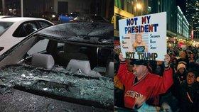 """Lidé kvůli Trumpovi palí už i boty. """"Není to můj prezident,"""" skandují na ulicích"""