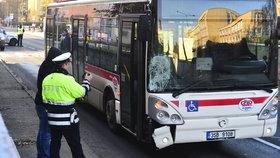 Řidička autobusu srazila muže na přechodu: Vrtulník vážně zraněného převezl z Kladna do Prahy