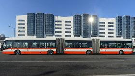 Nejdelší autobus v Praze se po pár hodinách rozbil: Nezvládl zimu, musel na opravu topení