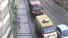 Opilý cizinec řádil v centru Prahy: Ukazoval prostředníček na lidi v tramvaji a kopal do výloh