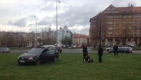 VIDEO: Řidič vjel autem doprostřed »Kulaťáku«. Na sedadle měl zbraň a zřejmě byl i zfetovaný