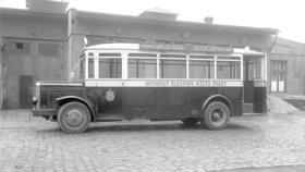 """První autobusová linka v Praze vyjela před 110 lety: """"Omnibusy"""" startovaly pod Hradem"""