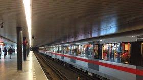 Ve stanici metra Vyšehrad spadl senior (80) do kolejiště. Provoz byl omezený