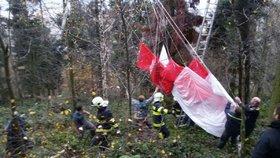 Paraglidistovi se nezdařilo přistání: Ze stromu mu pomáhali záchranáři!