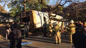 Autobus plný školáků havaroval a převrátil se: Nejméně 6 dětí zahynulo