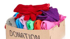 Věci z oranžových kontejnerů pomáhají potřebným