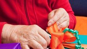 Marie chce obraz, Milan bačkory. Opuštěným seniorům udělají Ježíška dobrodinci
