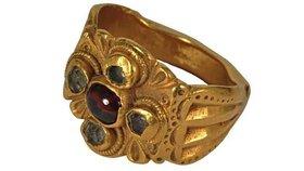 Zloději ukradli z muzea prsten starý 1800 let! Ochranku přeprali