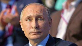"""Putin vyhodil čtyři úředníky za """"vedlejšák"""" ve vědě. Volný čas jim neuznal"""