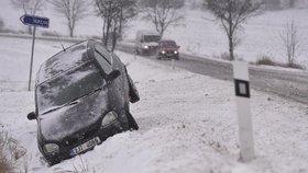 Sněhová kalamita na Jablonecku: Fotbal nebude, auta kloužou po břečce
