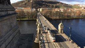 Řidiči, pozor! V centru Prahy na týden uzavřeli most Legií